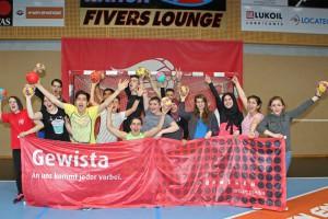 Handball, Fivers Training mit Fluechtlingskindern, -Jugendlichen